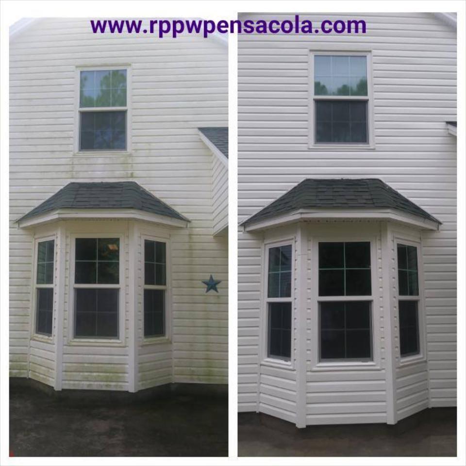 We use soft washing to safely remove algae from wood and vinyl siding. Safe exterior house cleaningingin Pensacola.